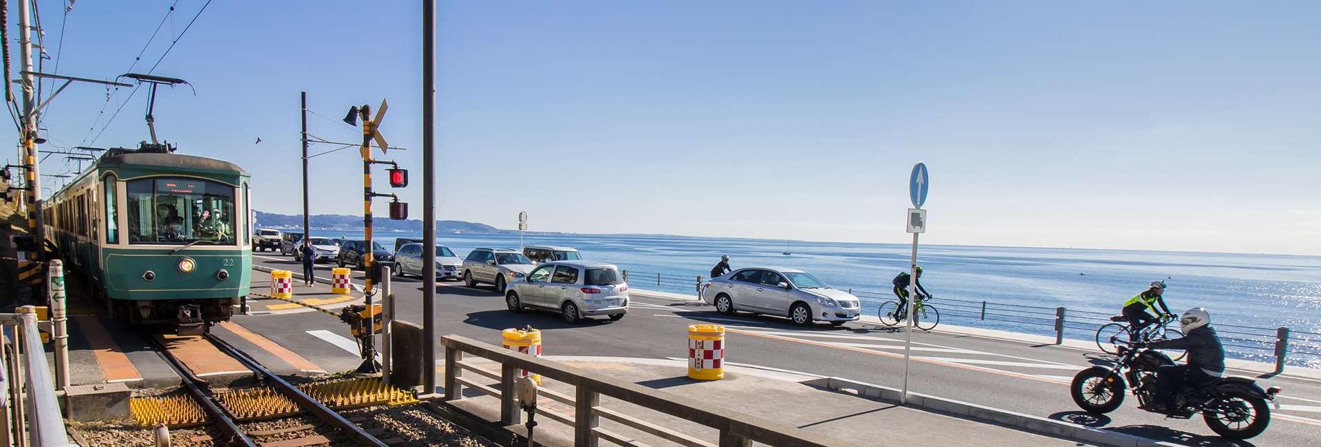 bord de mer et train à Kamakura