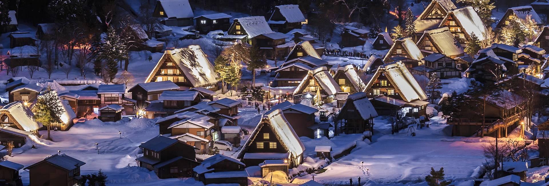 vista notturna di Shirakawa-go in inverno sotto la neve